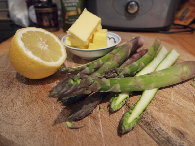Hollandaise sauce and asparagus
